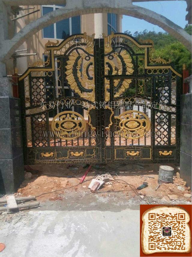别墅铸铝庭院大门现场安装图